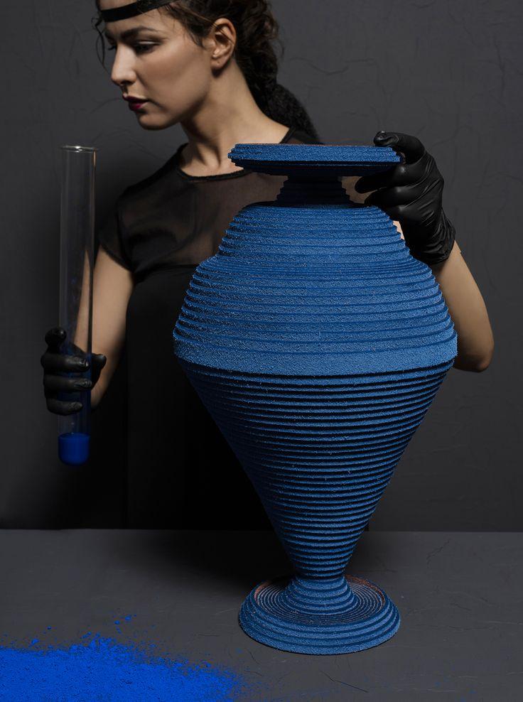 """Siba Sahabi revive el """"Azul Egipcio"""" con una colección de siete jarrones de fieltro"""