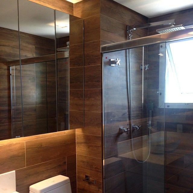 #ShareIG Banheiro todo revestido em porcelanato de madeira Portobello  Proje -> Decoracao Banheiro Portobello