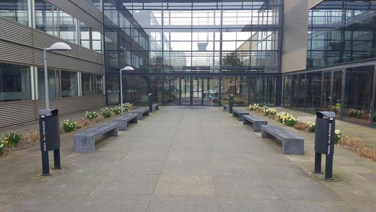 Onze betonnen banken in antraciet uitgevoerd.   Ideaal straatmeubilair - parkbanken voor de semi-openbare ruimte. Deze staan in Amersfoort.