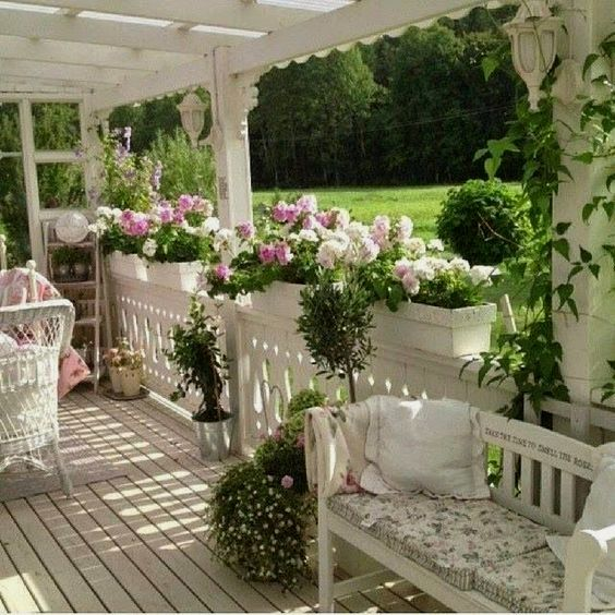 Garden Style Apartment: 10 Beautiful Shabby Chic Style Patio Decor Plans To Try