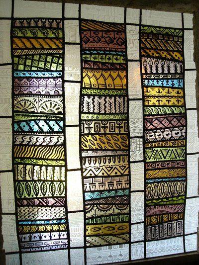 un vitrail africain dans un intérieur ancien