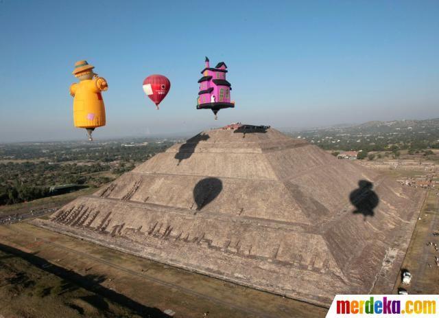 Sejumlah orang Meksiko dan wisatawan setiap tahun berkumpul di Teotihuacan untuk menyambut datangnya musim semi equinox di Piramida Matahari di Meksiko.