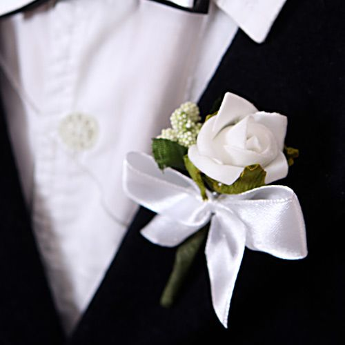 Stroik do butonierki to dodatek, który w elegancki sposób wzbogaci ubiór chłopca podczas dnia Pierwszej Komunii.