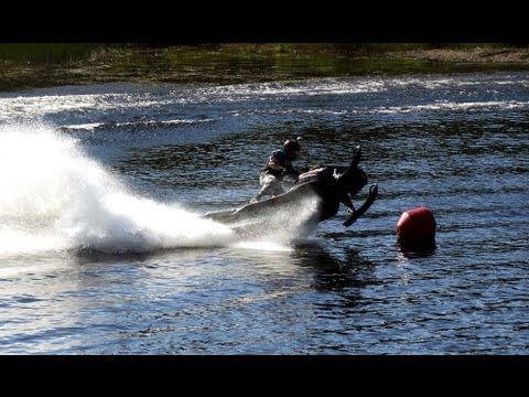 Watercross em Ivalo na Lapónia, Finlândia: conduzindo motas de neve sobre água