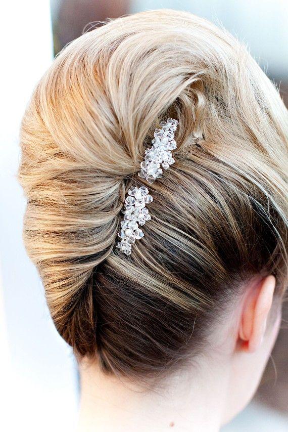 Haarspelden te verkrijgen bij Bruidsmode Hedwig. De meest spectaculaire bruidskapsels voor het nieuwe seizoen - In White