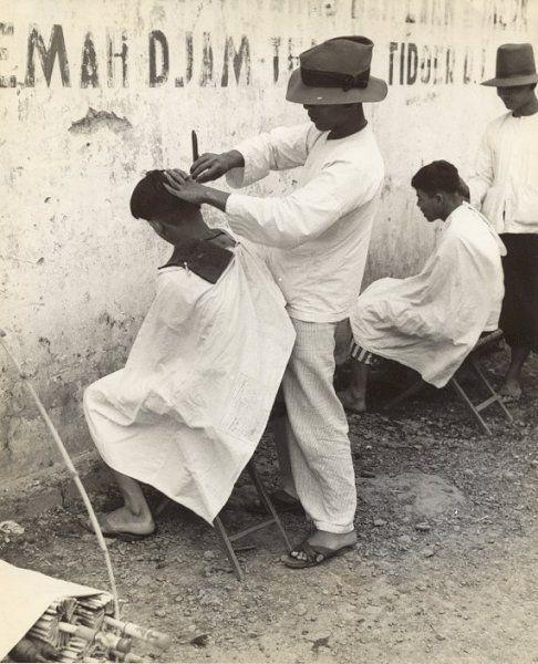 Kapper op straat, Bandung, Java, Indonesië (1933)