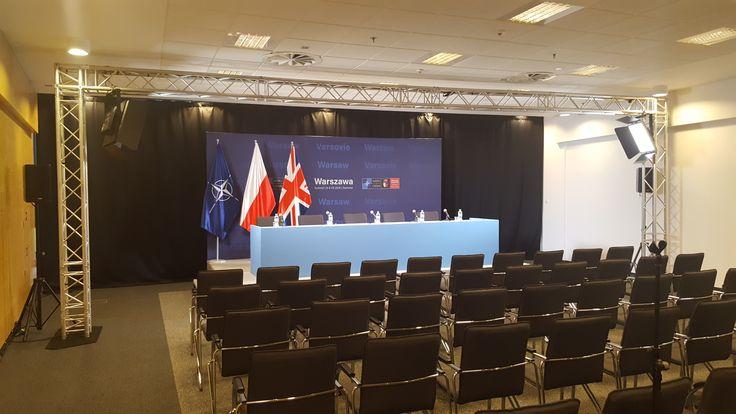 Podczas Szczytu NATO, wynajęliśmy organizatorom nasz system Pipe and Drape który posłużył jako tło we wszystkich salach konferencyjnych. To ponad 300 mb tkaniny Sunblock z atestem.