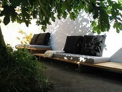 Great idea for a bench in a small garden | Leuk idee voor een bank in een stadstuin of kleine tuin.