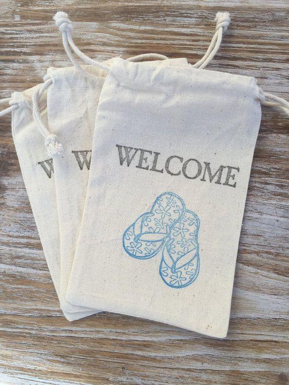 Ces 4 par 6 sacs en coton sont tamponné avec des tongs et le mot «Bienvenue». Remplir avec des bonbons, petits cadeaux, ou tout ce que vous aimez et les mettre dans vos sacs de bienvenue de mariage ou les donner comme des faveurs. Les possibilités sont infinies!  Autres formats disponibles.