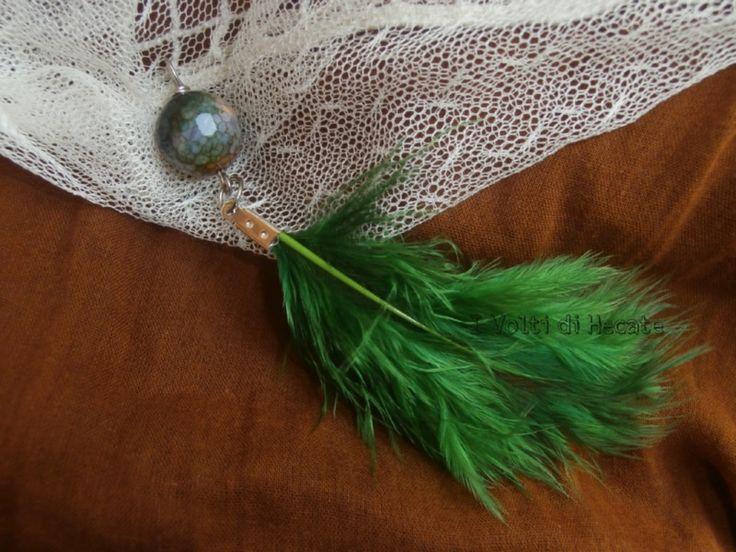 Ciondolo con sfera e piuma verde di I volti di Hecate su DaWanda.com