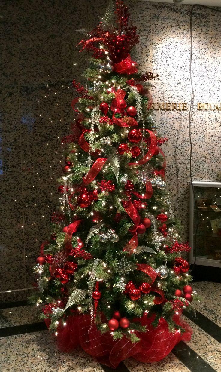 Sapin de Noël avec rouge et argent. Concept et réalisation par Alphaplantes. http://www.alphaplantes.com/ #Alphaplantes #Noël #Christmas #Xmas #Christmasholidays #Décoration #Décor #Design #Christmastree #Tree #Winter #Hiver #Fêtes #Rouge #Red