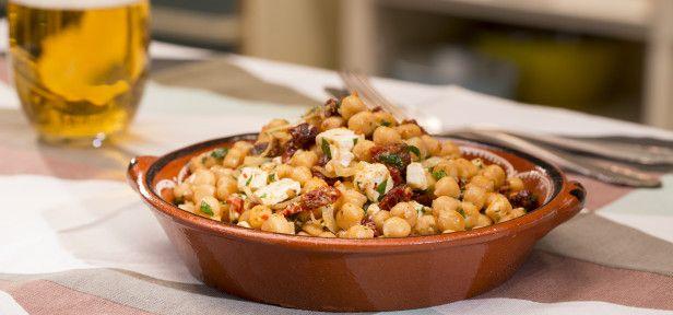 Mediterraner Kichererbsensalat der leckersten Sorte: mit Kichererbsen, getrockneten Tomaten und Feta. Wir sind begeistert und das Video erklärt, wie er gelingt.