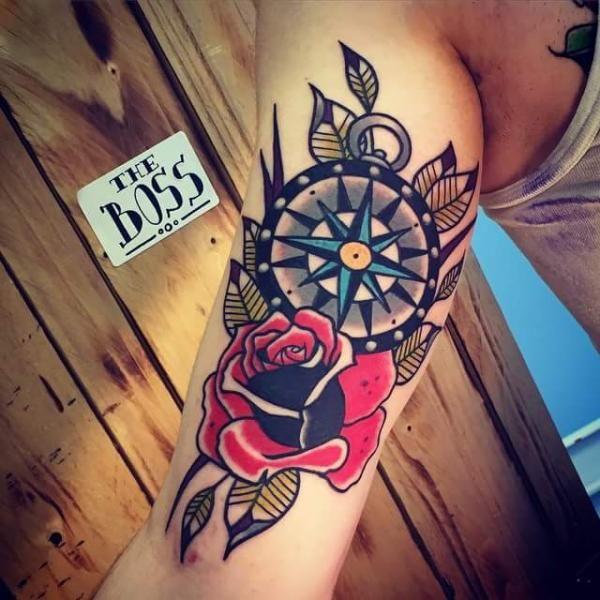 Tatuagem Braço Old School Rosa Bússola