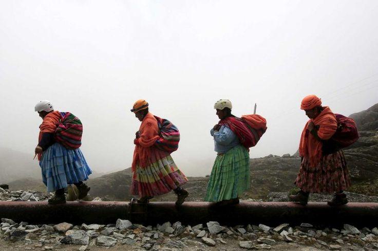 Una pollera es una falta muy larga. Es un parte grande del tradicional ropa de Bolivia y tiene muchos colores. Mujeres ahora llevan esos porque representa la historia de la gente indígena.