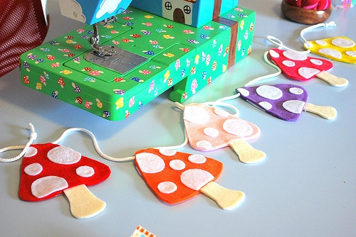 Mushrooms garland DIY tutorial shared on Paper Cake Finds...  #mushroom #colorful #felt #DIY