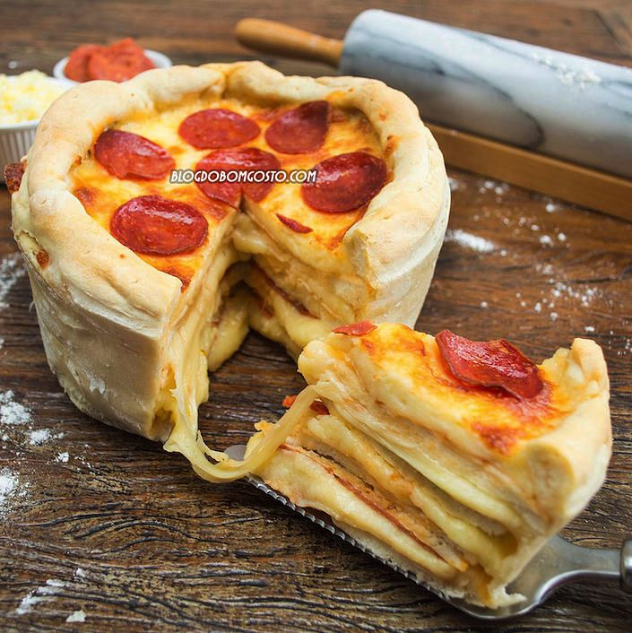 Imperdível!Sim, é uma mistura de duas maravilhas da culinária: Bolo + Pizza! A textura é de um delicioso pão recheado com pepperoni e queijo, mas o formato é de um bolo de festa! Acredite, o sabor é divino! Vale muito a pena fazer o 'Bolo de Pizza' e dividir com os amigos  Beijos, Gabi …