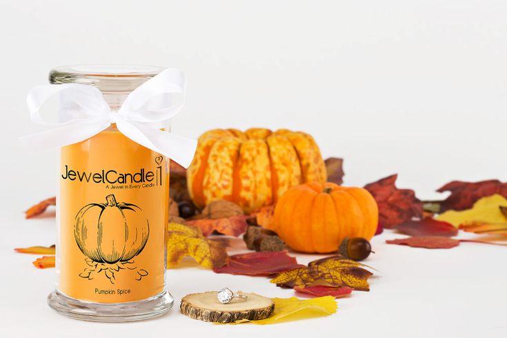 De JewelCandle Pumpkin Pie vult direct na het aansteken het huis met de heerlijke geur van verse pompoentaart. Naast de pompoen zelf, zijn ook de traditionele kruiden zoals nootmuskaat, gember en kaneel duidelijk aanwezig in het aroma van de geurkaars. Het verborgen zilveren sieraad met een waarde tot €250 komt tevoorschijn nadat de kaars zo'n 10 tot 15 uur gebrand heeft.