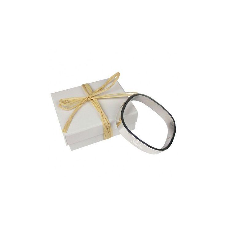 Brazalete de plata de ley grabado a mano. Un regalo muy especial para alguien muy especial. Un precioso brazalete de plata de ley grabado con el texto o los nombres que quieras.  Viene presentado en una cajita con lazo. Precio: 118 €