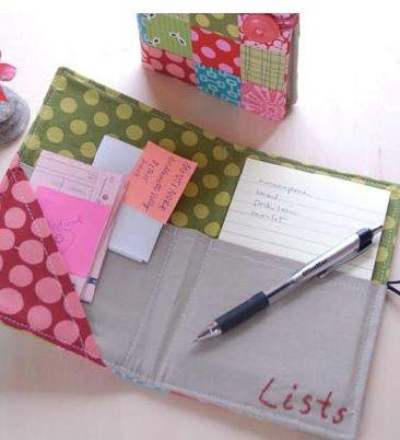Sul sito Giving Handmadepotete scaricare il pdf per realizzare questo porta notes, o porta blocco su cui appuntare la lista della spesa, o semplicemente porta quello che volete metterci!!!!! Quip…