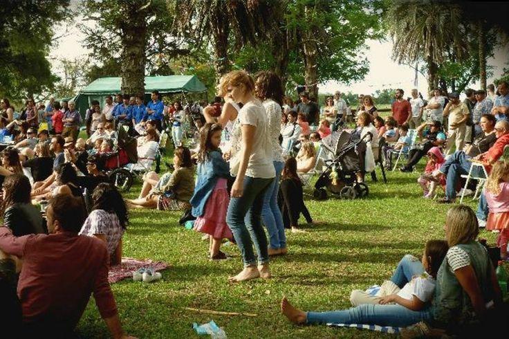 El pasto fue la platea común para disfrutar de espectáculos y obras artísticas.