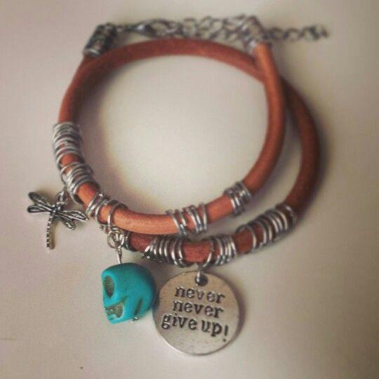 Pulsera boho chic en cuero con abalorios y calavera. Boho chic leather bracelet with charms and skull - by Arriba Muñecas.