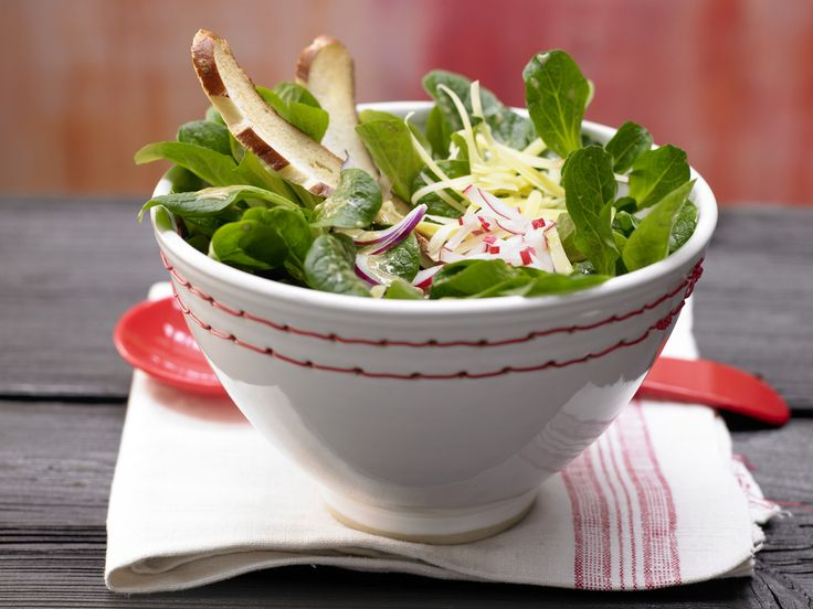 Feldsalat nach bayrischer Art - mit Laugenstange, Radieschen und Bergkäse - smarter - Kalorien: 563 Kcal - Zeit: 30 Min. | eatsmarter.de
