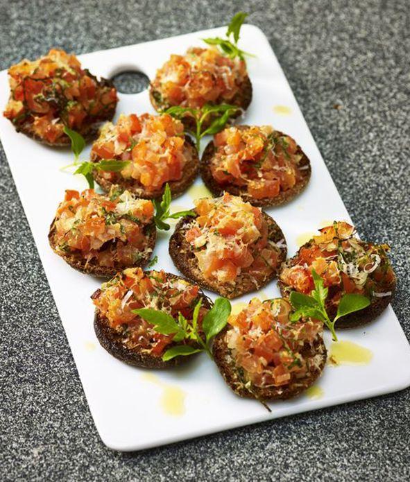 Herkulliset Väinämöisen Palttoonnappi tomaatti-basilika bruchetat kahvipöytään! 3väinämöisen #palttoonnappi #linkosuo #bruchetta