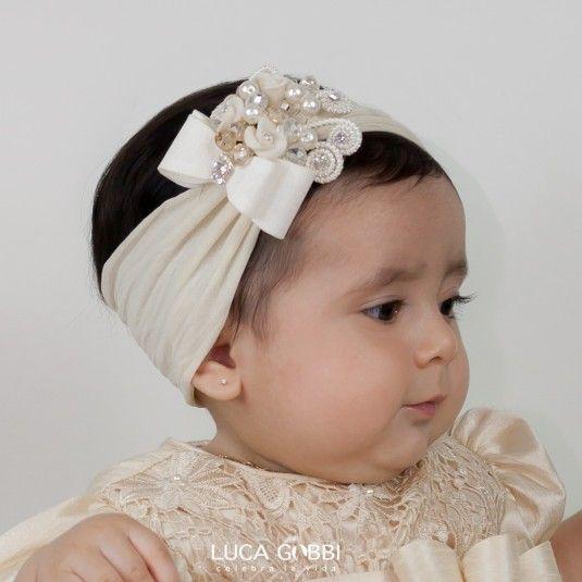 Tiara ideal para después de la ceremonia religiosa. Se recomienda como accesorio adicional a cualquier modelo en color Perla de nuestra colección de Ropones para bautizo de Niña. #Accesorios #Bautizo #Niña