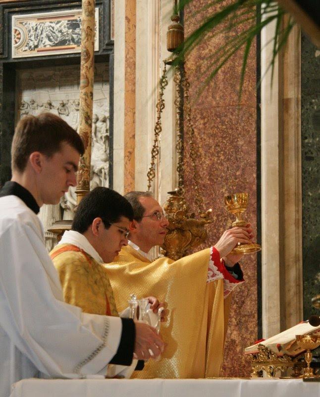Mons. Guido Marini celebrando Misa Ad Orientem.Marini2.jpg (646×800)