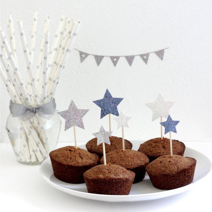 12 décorations pailletées pour gâteaux et cupcakes (cake topper), motif étoile, coloris argent, blanc et bleu : Accessoires de maison par latelierdesconfettis