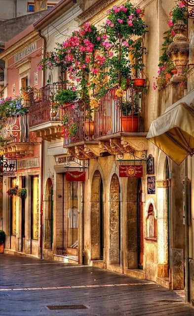 Taormina, Sicily, Italy Ahhhh Madre como me haces falta, te extraño...... Yo