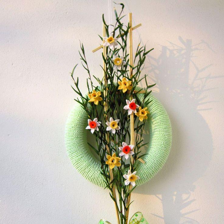 Věneček+Narcisy+Originální+dekorace+-+pletený+věneček,+zdobený+háčkovanými+květy+narcisů+v+různých+barvách.+Květy+jsou+připevněné+na+proutěný+žebříček.+Věneček+je+vhodný+k+dekoraci+dveří+nebo+bytu.+Investice+do+nákupu+tohoto+věnečku+se+vyplatí:+nikdy+neuvadne+a+neopadá.+Rozměry:+-+průměr+věnečku+28cm+-+výška+proutěného+žebříčku+67+cm+Tento+výrobek+...
