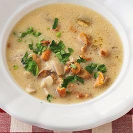 Das perfekte Suppe von Pfifferlingen-Rezept mit Bild und einfacher Schritt-für-Schritt-Anleitung: Die Pilze putzen und in kleine Stücke schneiden…