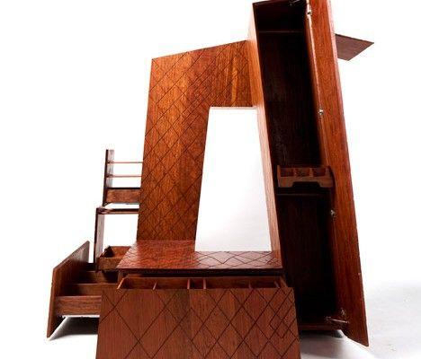 La tour CCTV à Pékin a été réalisée en 2012 par le cabinet d'architecture hollandais OMA. Le designer chinois Naihan Li exposera, à l'occasion du Design Miami, une reproduction en bois de ce bâtiment à l'échelle 1:100, sous forme d'armoire de rangement et de stockage. Construite à partir de bois de rose brésilien, l'armoire fait parfaitement écho à la forme et au revêtement rainuré du bâtiment. Les sections du meuble s'ouvrent pour révéler des compartiments de stockage.