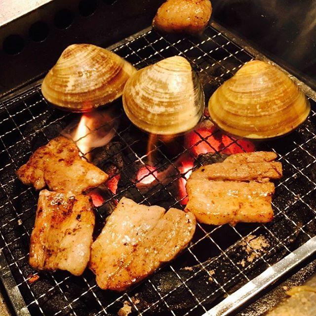 貝と肉を炙る。 #炭火焼き #魚 #fish #肉 #meat #炭火 #語り #火 #炎 #instafood #instagram #横浜 #貝 #ハマグリ#はまぐり#ホンビノス#beaf #後ろ#うまい #網焼き #おいしい #早朝#morning