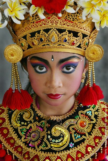 here is face-up in the dance performances of indonesia. They focus on makeup eyes with striking colors and making round eyes, sharp