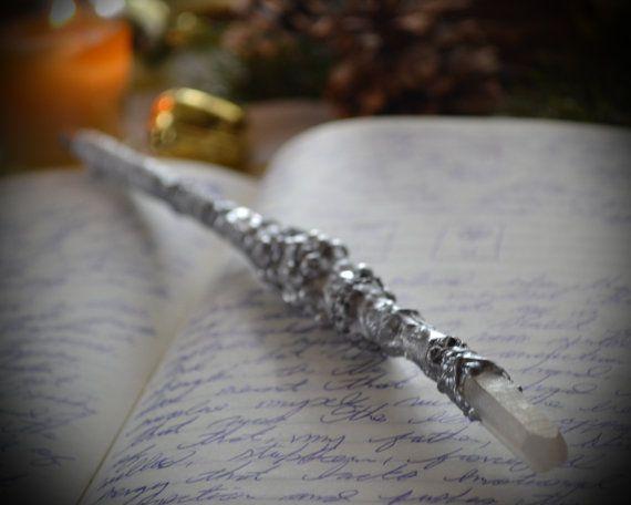 Zauberers schreiben Zauberstab Nr. 29  11 1/4 eisigen weiß und Silber, Weide und klar matt Aura-Quarz, blaue Tinte Kugelschreiber.  Der Assistent schreiben Wand ist ein wunderschön gearbeiteten Schreibwerkzeug bestehend aus einem Kugelschreiber Tintenfass, einem Weidenzweig und eine unglaubliche Vielfalt an handgemalten Verzierungen. Diese Wand verfügt über ein echten Aura Bergkristall zeigen an einem Ende und seidig Band auf der anderen Seite die Hand abfedern, wie Sie sich Ihre Träume ...