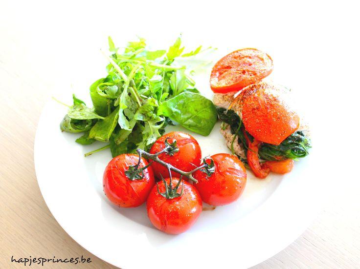kip gevuld met spinazie en tomaat bord