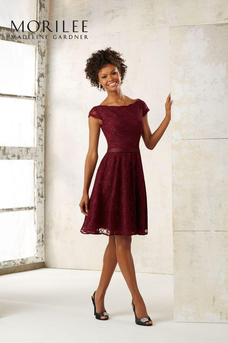 Suknia koktajlowa z koronki Mori Lee. Koronkowa suknia do kolan z rozkloszowaną spódnicą, na krótki rękaw. Satynowy pasek, podkreśli talię. …