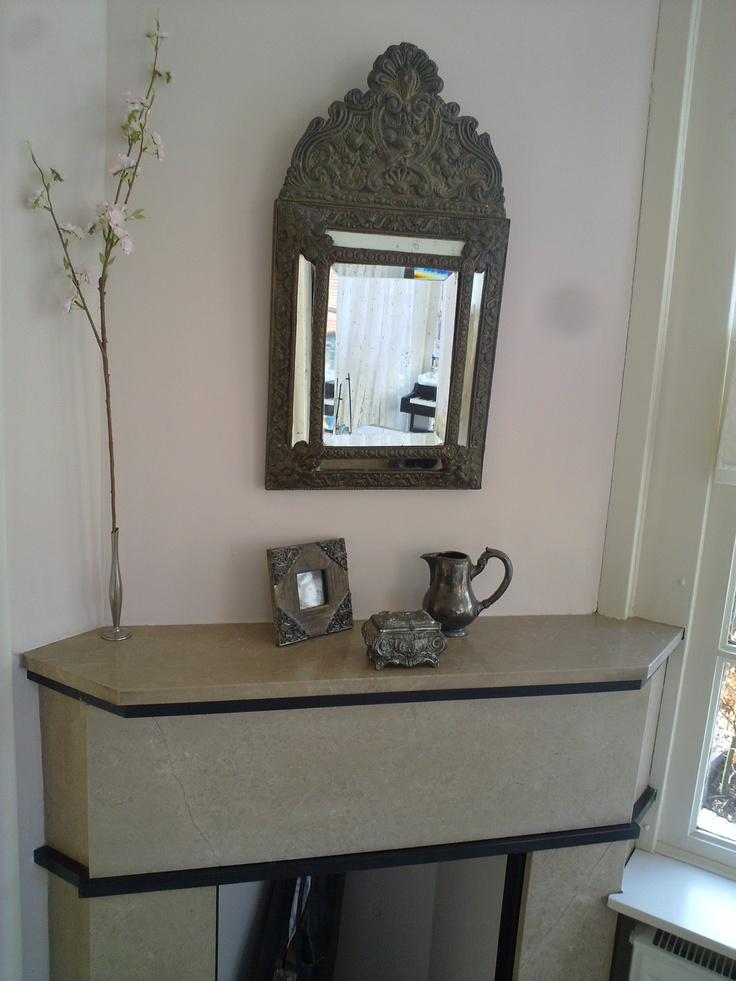 Achter ook een schouwtje, alleen zonder kacheltje, spiegel is een erfstuk van mijn grootvader en grootmoeder...