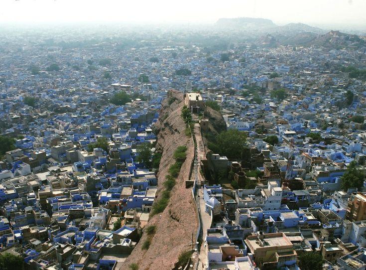 IlPost - Jodhpur, India - È nota anche come Città Blu dell'India, per il colore dei muri delle sue case. Secondo la tradizione, molti secoli fa alcune famiglie brahmani - ovvero membri della casta sacerdotale del Varṇaśrama dharma o Varṇa vyavastha - decisero di dipingere le proprie case di blu, il colore della nobiltà, per distinguersi dalla massa degli abitanti del resto della città. La scelta però piacque molto e tutte le case vennero dipinte di blu. Secondo un'altra ricostruzione…