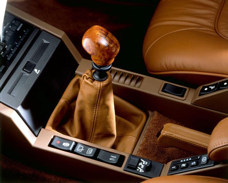 Le cuir et le bois sont présents partout, jusqu'au pommeau de vitesses.