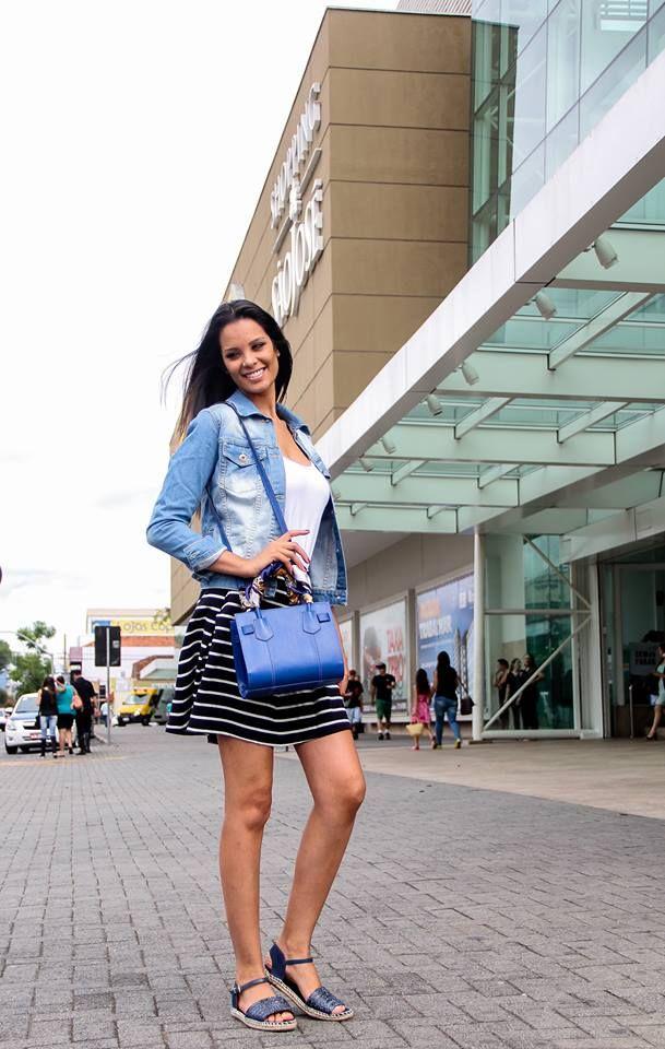A combinação de cores neutras com os detalhes das listras da saia deixa a produção leve e discreta. A produção foi feita por Juliana Cintra Mercadante e Andrea Gappmayer. #FashionSSJ #Looks