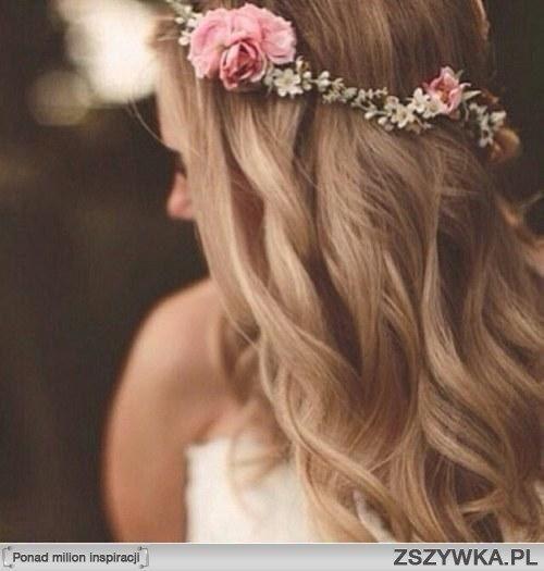 Zobacz zdjęcie Delikatnie falowane włosy + wianek