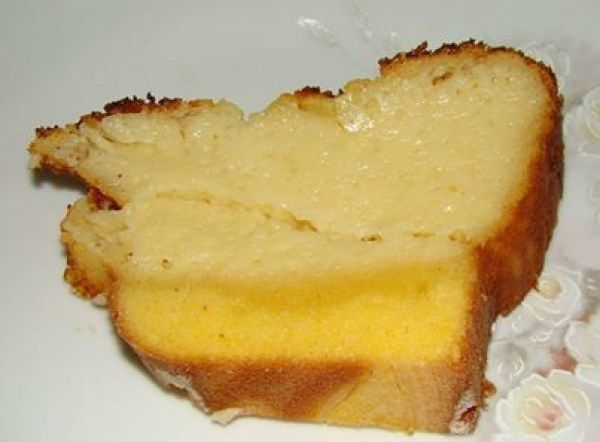 Na batedeira, bata o leite condensado, a margarina e os ovos; Continue batendo, acrescente o fubá, o queijo ralado, o coco, a farinha de trigo, o leite, o leite de coco e misture o