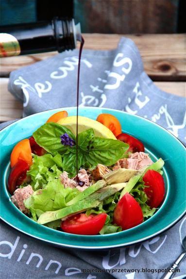 Zdjęcie - Sałatka z tuńczykiem, avocado, pomidorami i olejem z pestek dyni - Przepisy kulinarne ze zdjęciami
