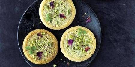 Pærer og pistacier er hovedpersonerne i disse små tærter. Bag det grønne ydre gemmer sig den franske mandelcreme frangipane med pistacie, bagt pæreskive og sprød smørmættet mørdej. Pistacierne bidrager med fin farve og fantastisk smag.