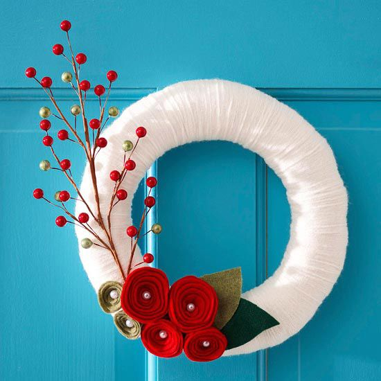 ~This festive Christmas wreath made from white yarn and felt will stand out against a brightly colored door; if you have a plain white door, reverse the colors for the same contrasting look.Christmas Wreaths, Ideas, Holiday Wreaths, White Christmas, Front Doors, Christmas Holiday, Felt Flower, Yarns Wreaths, Diy Christmas