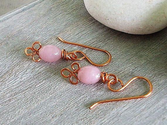 Orecchini piccoli con pendente rosa  di vetro di Candylostile