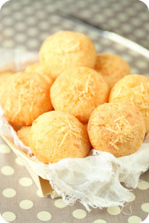 Pão de queijo (de tapioca) - Brazilian Cheese Rolls, so easy to make.